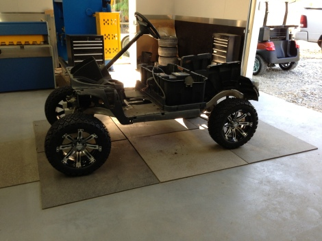 Now it's starting to look like an off road machine. What a great stance on this electric buggy.